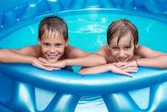 Niños de la felicidad en la piscina Fotografía de archivo libre de regalías