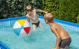 Niños de la felicidad en la piscina Imagen de archivo