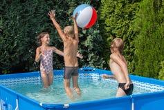 Niños de la felicidad en la piscina Imagenes de archivo