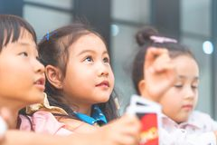 Niños de la guardería que juegan contando la tarjeta en sitio de clase fotografía de archivo