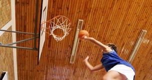 Niños de la High School secundaria que juegan a baloncesto metrajes