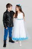 Niños de la moda contra el fondo gris Foto de archivo libre de regalías