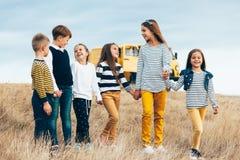 Niños de la moda en campo del otoño Fotos de archivo libres de regalías