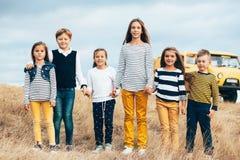 Niños de la moda en campo del otoño Foto de archivo libre de regalías