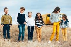 Niños de la moda en campo del otoño Imagen de archivo