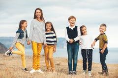 Niños de la moda en campo del otoño Fotos de archivo