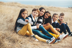 Niños de la moda en campo del otoño Fotografía de archivo libre de regalías