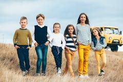 Niños de la moda en campo del otoño Imágenes de archivo libres de regalías
