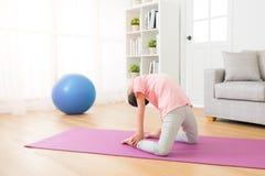 Niños de la muchacha que practican la acción de la yoga Imágenes de archivo libres de regalías