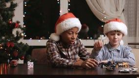 Niños de la Navidad que juegan con los juguetes metrajes