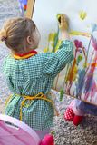 Niños de la niña del artista que pintan un cuadro Imagenes de archivo