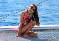 Niños de la niña que navegan en catamarán en Los Cabos México fotografía de archivo libre de regalías