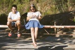 Niños de la pareja al aire libre Foto de archivo libre de regalías