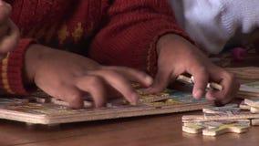 Niños de la pintura en escuela almacen de metraje de vídeo