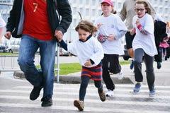 Niños de los corredores de maratón cruzados Imágenes de archivo libres de regalías