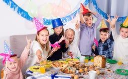 Niños de los jaraneros que tienen un buen rato en una fiesta de cumpleaños Fotos de archivo