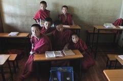 Niños de los monjes en la escuela de los monjes en el Thiksay Gompa Fotos de archivo