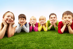 Niños de reclinación Foto de archivo