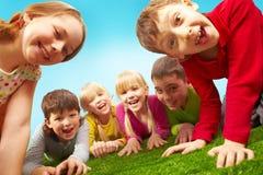 Niños de reclinación Fotos de archivo