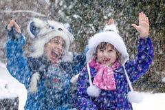 Niños de risa que juegan en tormenta de la nieve imagen de archivo