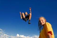 Niños de salto   imágenes de archivo libres de regalías
