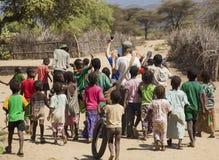 Niños de Tsemay en pueblo tribal tradicional Weita Valle de Omo etiopía Imagenes de archivo