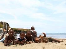 Niños de Verdeans del cabo en la playa Fotos de archivo libres de regalías