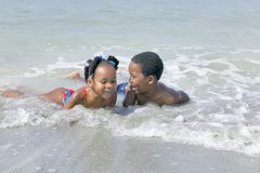 Niños del afroamericano que juegan en la playa Foto de archivo libre de regalías