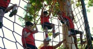 Niños del entrenamiento del instructor en el campo de bota almacen de video