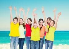 Niños del grupo en el mar Imagenes de archivo