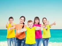 Niños del grupo en el mar Imagen de archivo libre de regalías