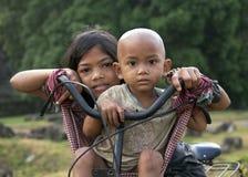 Niños del Khmer en un bycycle Fotografía de archivo libre de regalías