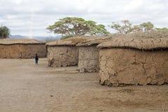 Niños del Masai dentro de la aldea del Masai Fotografía de archivo