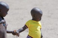 Niños del Masai por completo de moscas imagenes de archivo