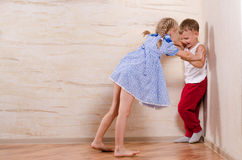 Niños del muchacho y de la muchacha que juegan en casa Fotografía de archivo