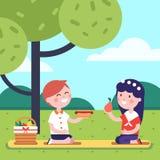 Niños del muchacho y de la muchacha que tienen comida campestre del almuerzo libre illustration