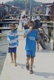 Niños del pueblo del agua en América latina fotos de archivo libres de regalías