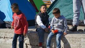 Niños del refugiado en el puerto Imagen de archivo