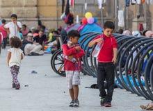 Niños del refugiado en la estación de tren de Keleti en Budapest Fotografía de archivo libre de regalías