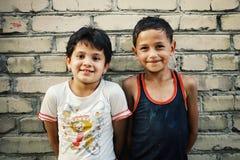 niños delante de una pared tradicional del fango en la ciudad histórica fotos de archivo libres de regalías