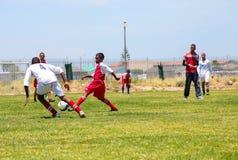 Niños diversos que juegan a fútbol del fútbol en la escuela Imagen de archivo