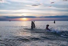 Niños divertidos de la silueta Foto de archivo libre de regalías