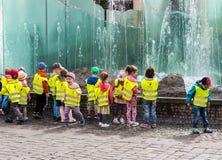 Niños divertidos en la fuente en Wroclaw imagen de archivo