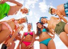 Niños divertidos en la mirada de doblez del traje de baño desde arriba Foto de archivo libre de regalías