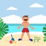 Niños divertidos en la playa Castillo que toma el sol y constructivo del muchacho feliz de la arena en la playa Imágenes de archivo libres de regalías