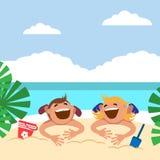 Niños divertidos en la playa Muchacho y muchacha que toman el sol en la playa Fotografía de archivo libre de regalías