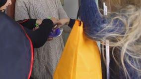 Niños divertidos que juegan al juego del truco o de la invitación, tradiciones de la celebración de Halloween almacen de video