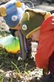 Niños doblados sobre el snowdrop Imagen de archivo libre de regalías