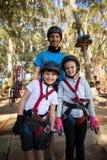 Niños e instructor que se unen en parque Fotos de archivo
