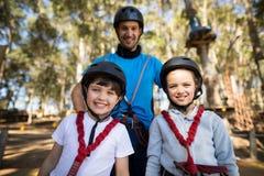 Niños e instructor que se unen en parque Fotos de archivo libres de regalías